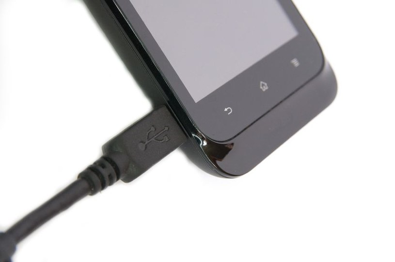 Wytwarzanie prądu za pomocą moczu jest możliwe, więc uryna może być wykorzystana do ładowania telefonów /©123RF/PICSEL