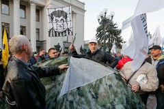Wzrost napięcia na Ukrainie. Namioty przed budynkiem parlamentu