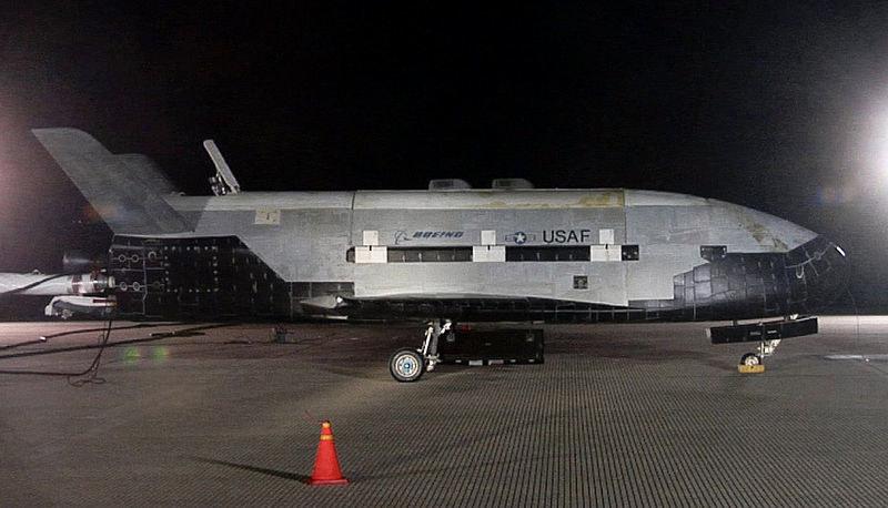 X-37B po lądowaniu misji OTV-1 w bazie Vandenbert. /materiały prasowe