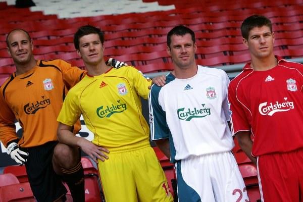 Xabi Alonso (drugi z lewej) podczas prezentacji nowych strojów FC Liverpool /AFP