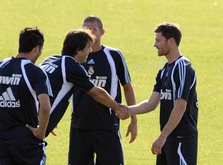 Xabi Alonso (pierwszy z prawej) już trenuje z nowymi kolegami /AFP