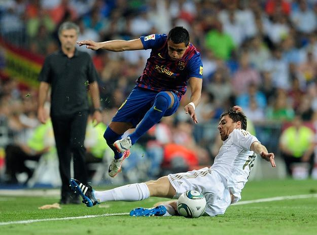Xabi Alonso próbuje powstrzymać Alexisa Sancheza, nowego napastnika Barcelony /AFP