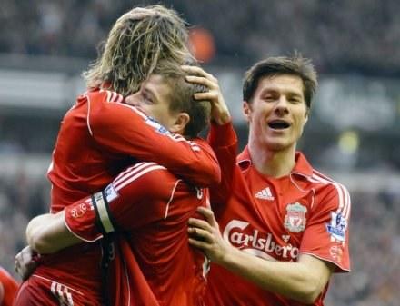 Xabi Alonso (z prawej) wierzy w skuteczność Fernando Torresa (ten w objęciach Gerrarda) /AFP