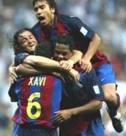 Xavi w objęciach kolegów. Real-Barca 1:2 (wiosna 2004) /AFP