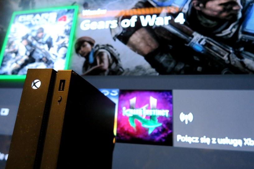 Xbox One X - w tle LG OLED 65E7 /INTERIA.PL