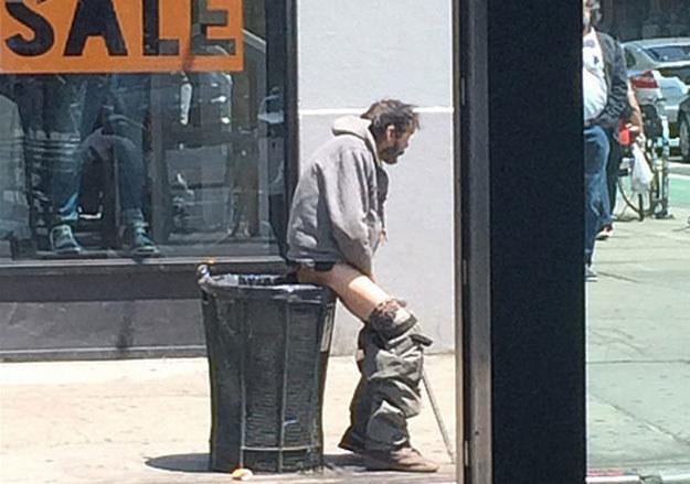 Z albumu nowojorskich policjantów: Bezdomny załatwiający potrzebę w miejscu publicznym fot. Flickr /&nbsp