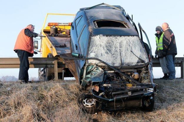 Z auta wypadły trzy osoby. Policja o tym nie wiedziała / Fot: Piotr Jedzura /Reporter
