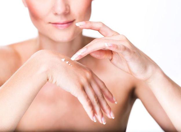 Z biegiem lat skóra na rękach staje się cieńsza, przez co żyły są bardziej widoczne /©123RF/PICSEL