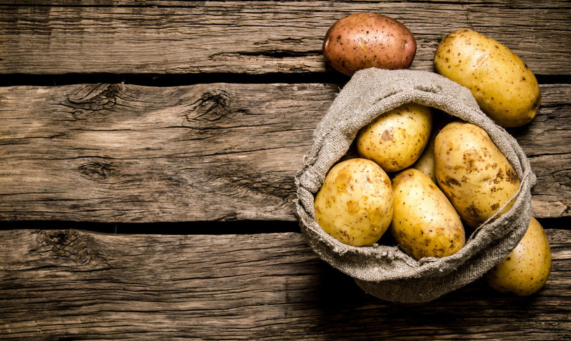 Z ciepłych ziemniaków przygotuj papkę na dłonie /©123RF/PICSEL