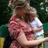 Z dzieckiem na ręku trudno wsiąść do autobusu /Agencja SE/East News