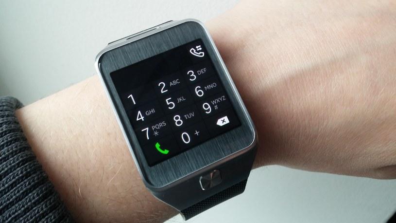 Z Gear 2 można wykonywać połączenia telefoniczne - a także, za sprawą wbudowanego mikrofonu - rozmawiać przy jego pomocy /INTERIA.PL