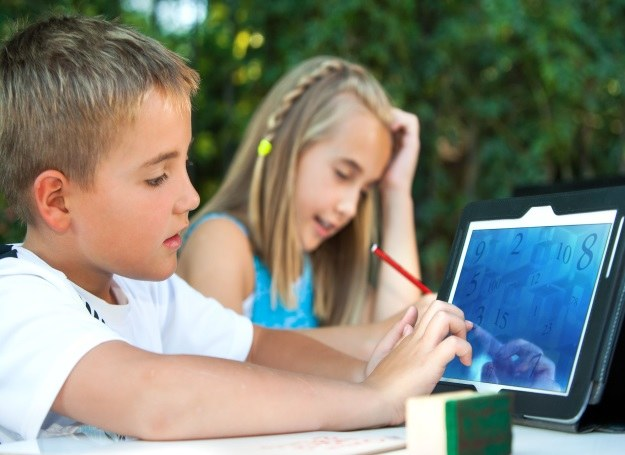 Z każdym rokiem coraz młodsze dzieci uczą się korzystać z technologicznych nowinek /123RF/PICSEL