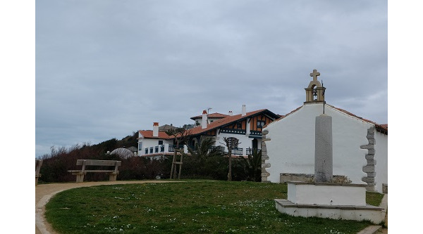 Kaplica Swietej Magdaleny z widokiem na Ocean i Pireneje - skaliste urwisko.