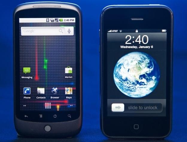 """Z lewej Nexus One - pierwszy własny telefon Google. Z prawej iPhone, którego Google """"chce zniszczyć"""" /AFP"""