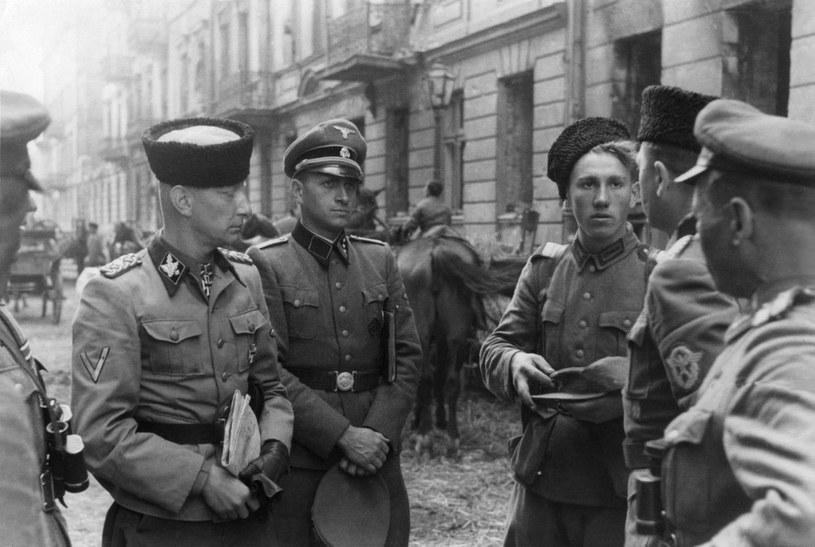 """Z lewej w czapce """"kubance"""" stoi gen. Heinz Reinefarth /Muzeum Niepodległości /East News"""
