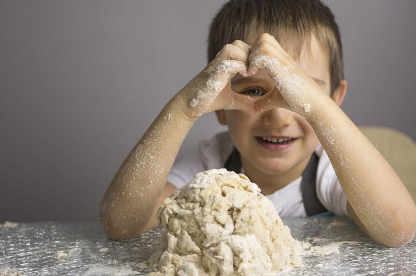 Z mąki pszennej, soli i wody zagniatamy masę solną /©123RF/PICSEL