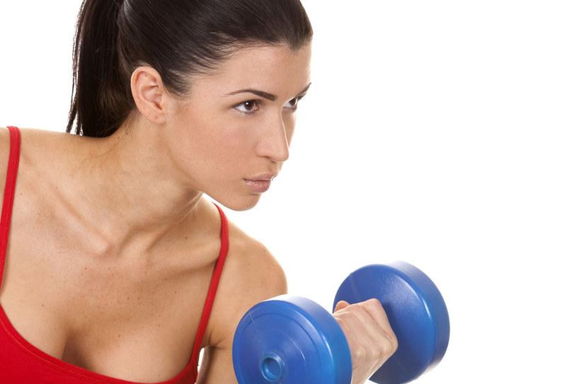 Z obawy przed zbytnim rozbudowaniem mięśni ramion wiele kobiet rezygnuje z ćwiczeń na te partie ciała /123RF/PICSEL