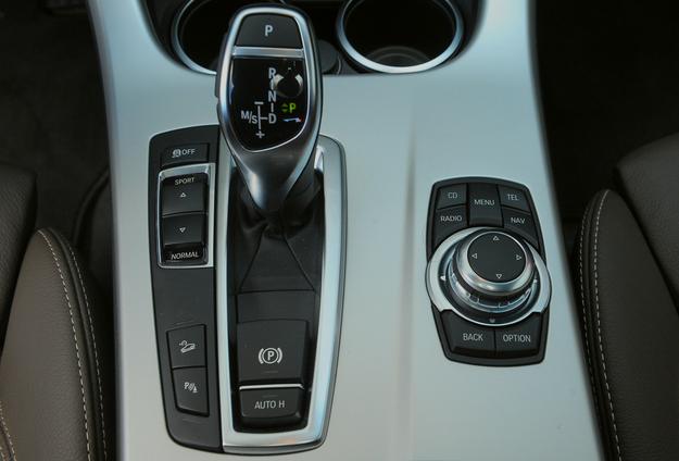 """Z ośmiobiegowym """"automatem"""" X3 pali mniej niż z sześciobiegową skrzynią manualną. Kontroler iDrive można obracać, wciskać lub pochylać. Działa całkiem intuicyjnie. /Motor"""