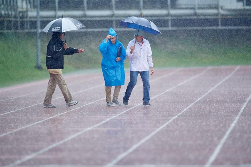 Z powodu silnego deszczu sędziowie przerwali na godzinę rozgrywanie konkurencji podczas 20. lekkoatletycznego mityngu Grand Prix Sopotu im. Janusza Sidły /Adam Warżawa /PAP