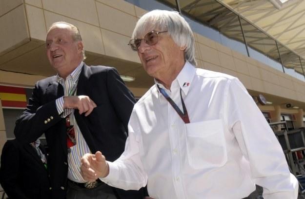 Z prawej Bernie Ecclestone w towarzystwie króla Hiszpanii, Juana Carlosa /AFP