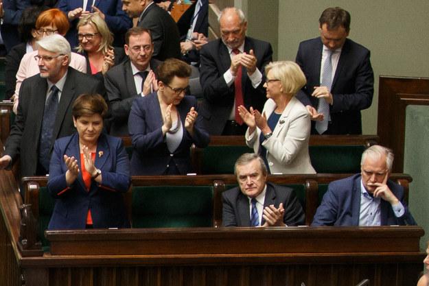 Z prawej zasępiony Jarosław Gowin /Krystian Maj /Agencja FORUM