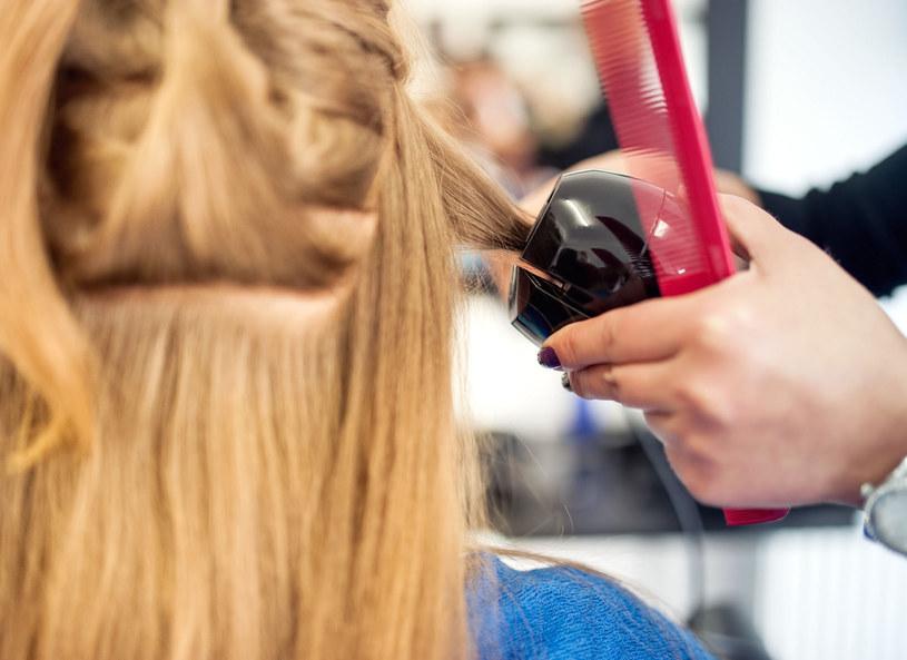 Z prostych i cienkich włosów sięgających do brody możesz wyczarować puszystą fryzurę /Picsel /123RF/PICSEL
