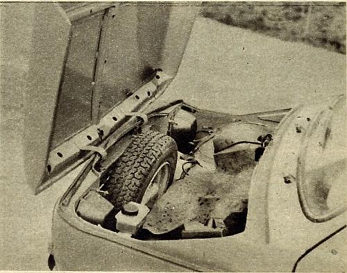 Z przodu samochodu znajduje się koło zapasowe i akumulator; dla przewożenia bagażu przewidziano bagażnik o pojemności około 100 dm3. /Motor