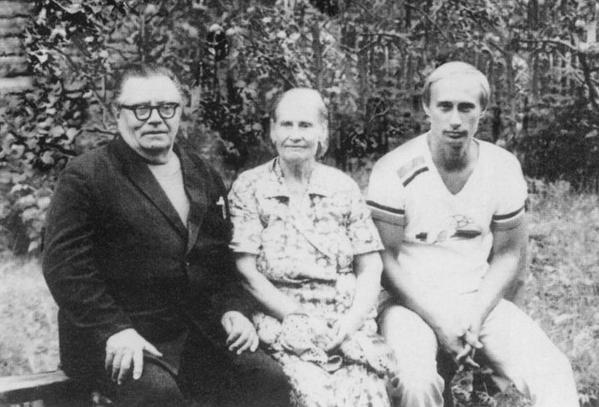 Z rodzicami przed odjazdem do NRD w 1985 r. (kliknij w zdjęcie, żeby zobaczyc całą galerię) /Laski Diffusion /East News