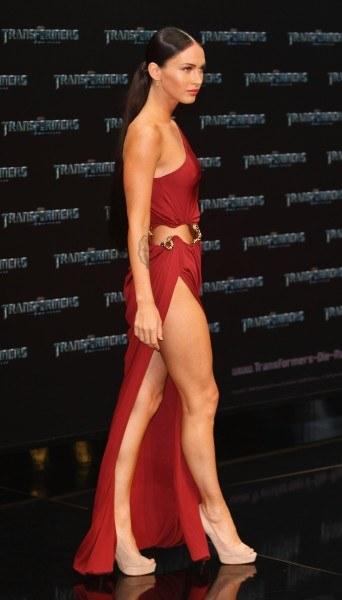 """Aktorka Megan Fox na niemieskiej premierze filmu """"Transformers: Revenge of the Fallen"""" pojawiła się w przepięknej bordowej sukience"""