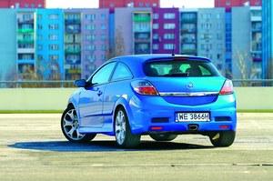 Z tyłu Astra OPC wyróżnia się centralną końcówką wydechu. /Motor