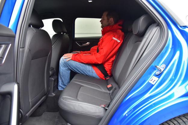 Z tyłu jest całkiem przestronnie, ale dostęp ogranicza wąski otwór drzwi. /Motor