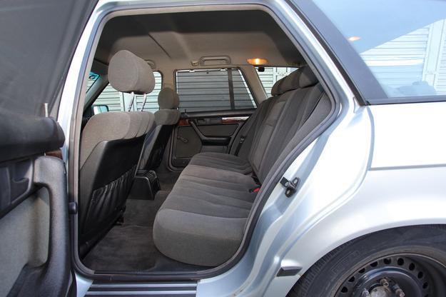 Z tyłu siedzi się nie gorzej niż w nowoczesnym samochodzie. Welurowa tapicerka jest bardzo trwała. /Motor