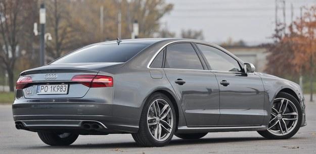 """Z tyłu sportowa odmiana Audi A8 wyróżnia się """"dyfuzorem"""" z dwiema podwójnymi końcówkami układu wydechowego. /Motor"""