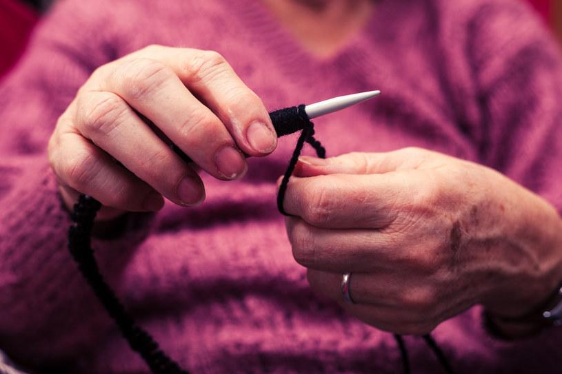 Z wiekiem na naszych dłoniach pojawiają się brunatne plamki /©123RF/PICSEL
