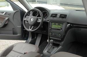 Z wyjątkiem nowego wzoru kierownicy, przeprowadzony w tym roku lifting ominął kokpit Yeti. W związku z tym łatwość obsługi i dobra widoczność z miejsca kierowcy pozostały bez zmian. /Motor