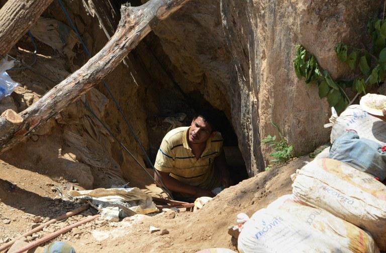 Z zawalonej nielegalnej kopalni złota na południu Hondurasu ratownicy wydobyli trzech żywych górników /AFP