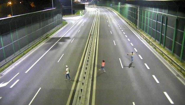 Za chodzenie lub jeżdżenie rowerem po DTŚ grożą mandaty. /Zdjęcia z monitoringu /Materiały prasowe