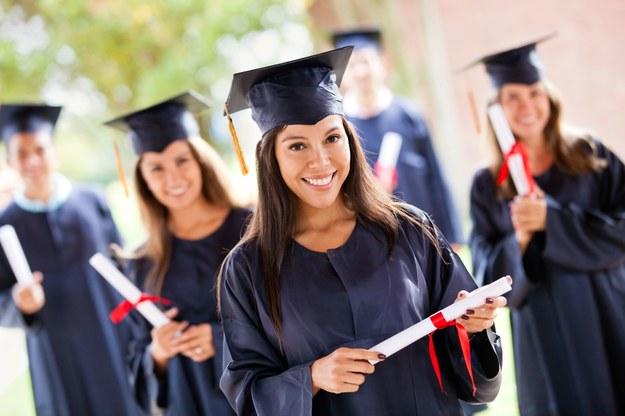 Za granicą dyplom wyższej uczelni przekłada się na wyższe zarobki /123RF/PICSEL
