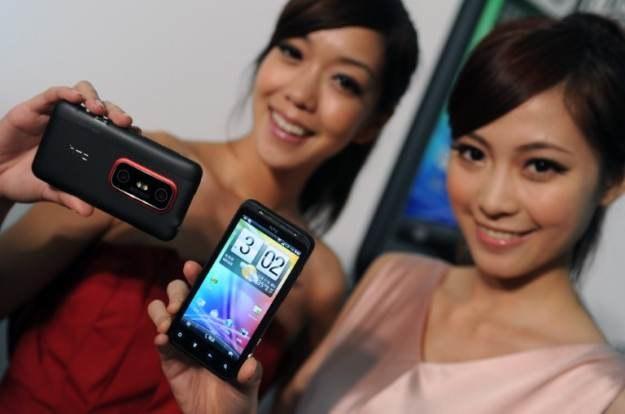 Za HTC EVO 3D przyjdzie nam zapłacić przynajmniej 2200 zł - to wysoka cena, jak za opcje 3D /AFP