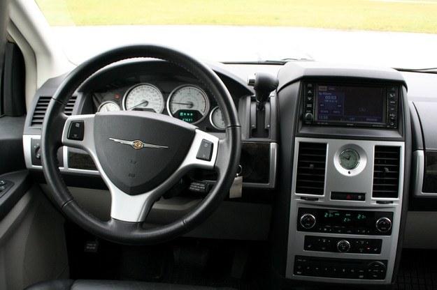 Za kierowcnią jest bardzo wygodnie, narzekać można jedynie na zupełny brak trzymania bocznego foteli /INTERIA.PL