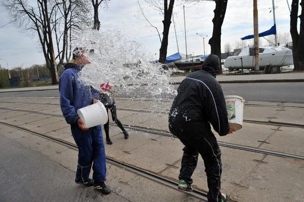 Za oblanie wodą grozi nawet 500 zł mandatu /Marcin Bielecki   (PAP) /PAP