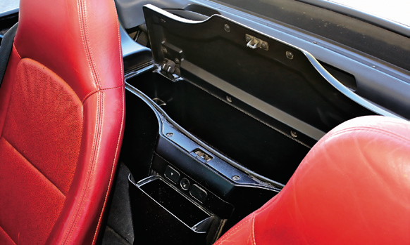 Za oparciami dwa praktyczne i, co ważne, zamykane na kluczyk schowki. /Motor