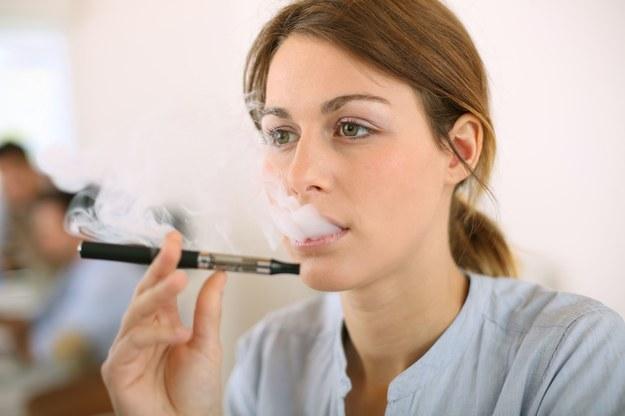 Za palenie e-papierosa w miejscu publicznym będzie grozić mandat /123/RF PICSEL