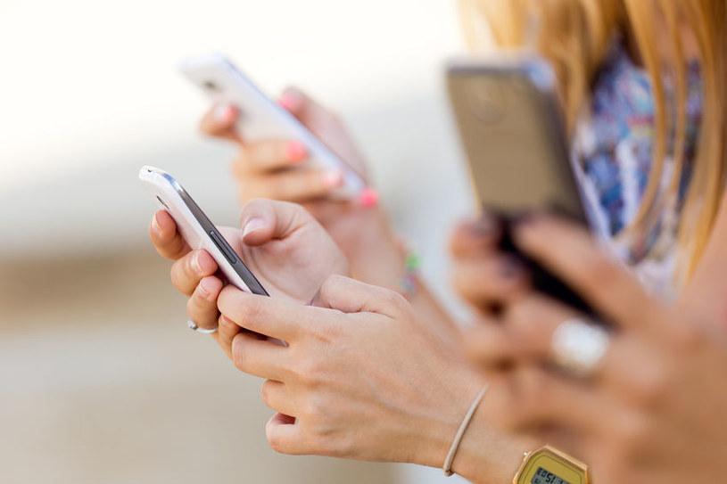 Za spadki na rynku smartfonów odpowiada przede wszystkim nasycenie rynku /123RF/PICSEL