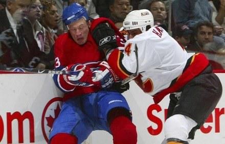 Za takie wejścia ceniony jest w NHL Hamrlik (z prawej). /AFP