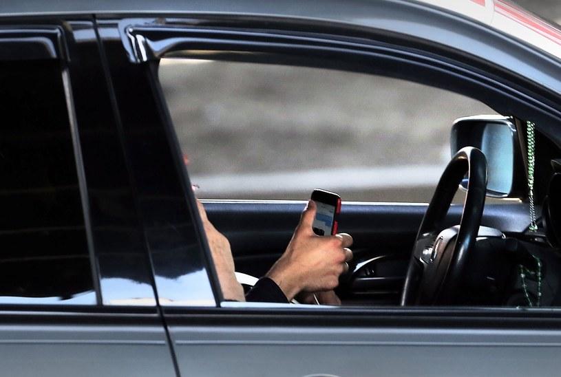 Za takie zachowanie za kierownicą będzie można stracić prawo jazdy /Getty Images