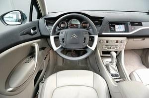 Za wielką (38,5 cm średnicy) kierownicą z nieruchomym środkiem łatwo można znaleźć odpowiednią pozycję. Obsługa multimediów małymi przyciskami i pokrętłem nie jest wygodna. Przycisk świateł awaryjnych – za daleko od kierowcy. /Motor