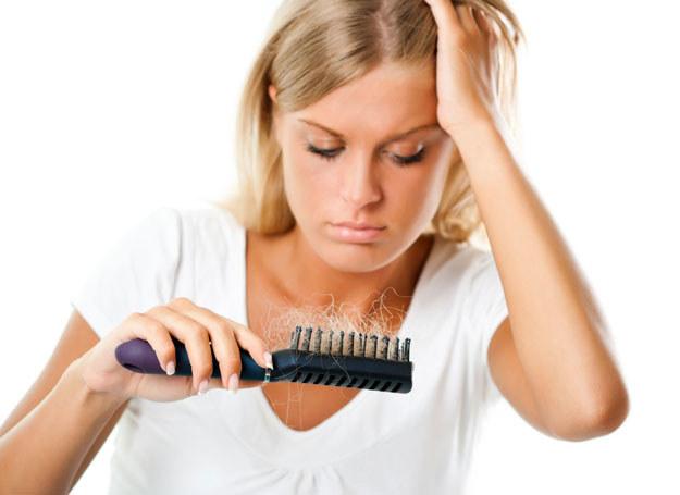 Za wypadanie włosów odpowiada m.in. stres /123RF/PICSEL