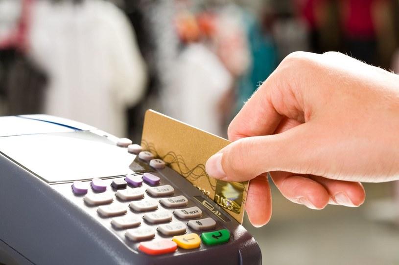 Za zakupy coraz częściej płacimy bezgotówkowo – przelewem, kartą kredytową, a nawet telefonem! /123RF/PICSEL