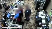 Zaatakował kobietę hot dogiem. Odpowie za napaść